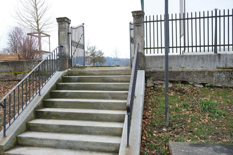 Stützmauer Kirche Seen