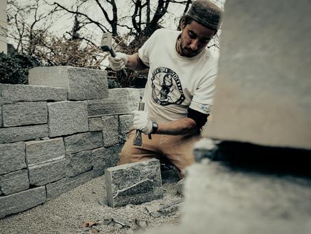 Trockenmauerbau aus Calanca-Gneis
