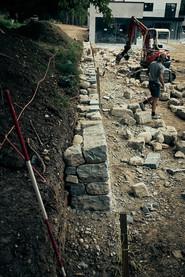 David Beck beim Setzen der letzten Steine