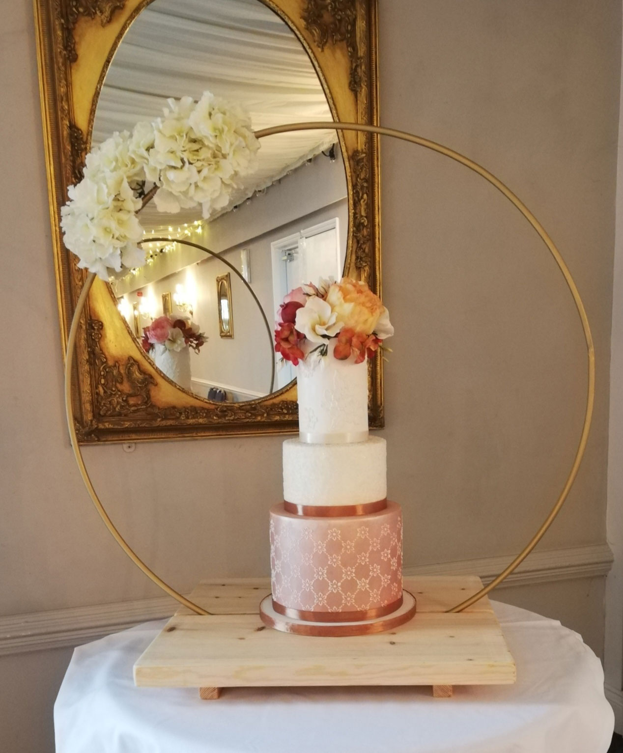 Round hoop cake stand gold