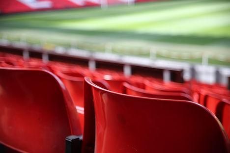 Rote Stadiontribüne