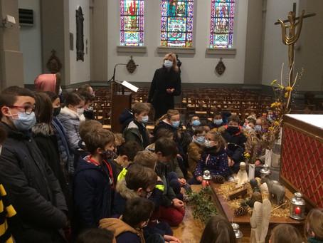 Recueillement à l'église devant la crèche