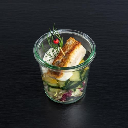 gebratene Zandertranche und Kerbel-Dip auf Gurken-Orangen-Salat