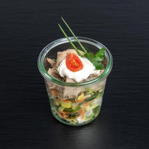 Kalbstafelspitz mit Meerrettich-Apfelcrème und Salat von fein mariniertem Gemüse
