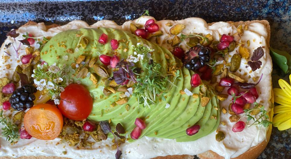 Ziegenkäse-Avocado Stulle Frühstücks-Manufaktur Hotel Wegner The culinary Art Hotel