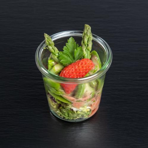 grüner Spargelsalat an Erdbeerdressing