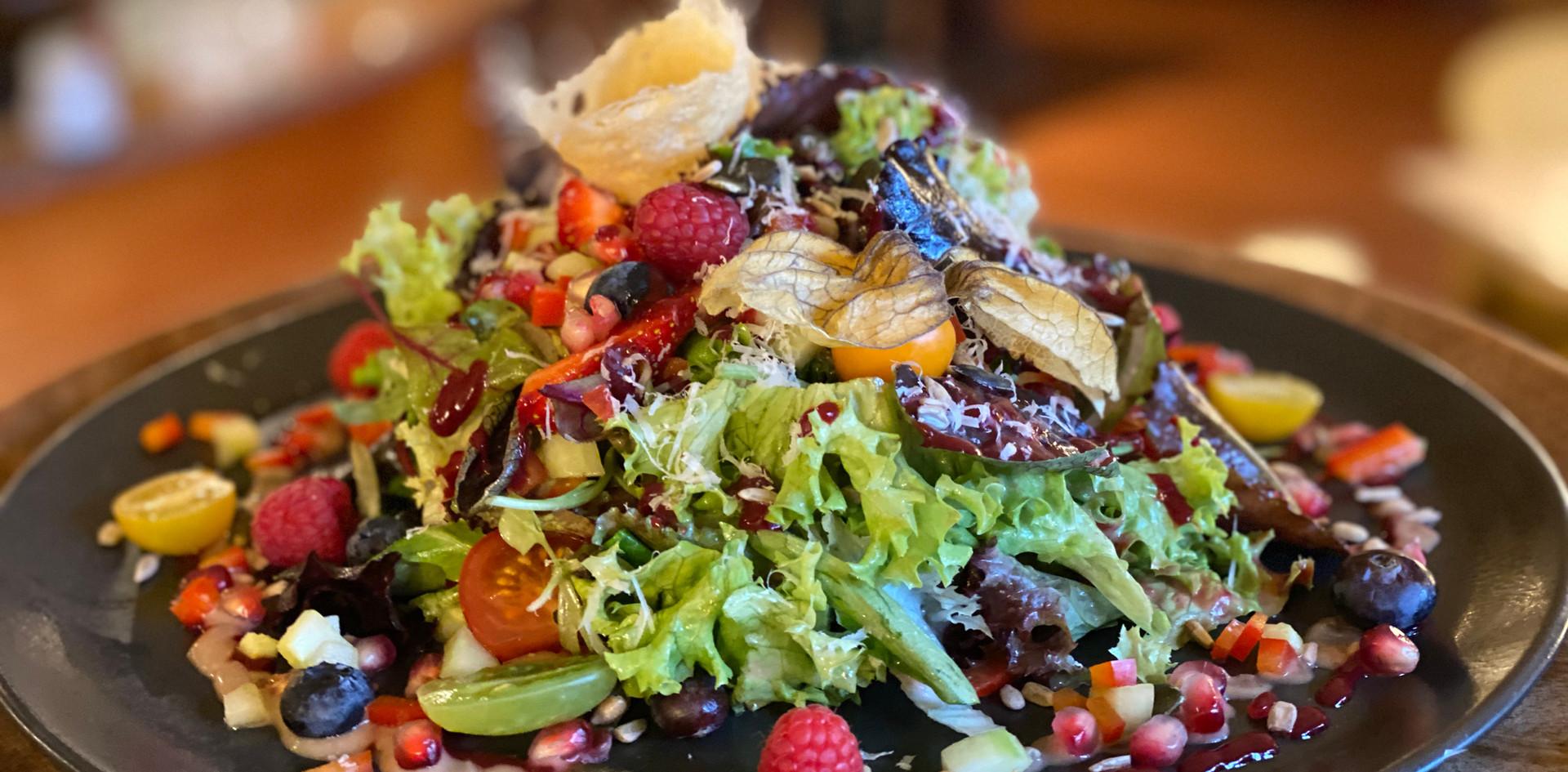 großer Salat Restaurant Dinner - Hotel Wegner - The culinary Art Hotel