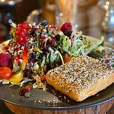 Gebackener Feta an Salat