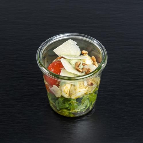 Ruccola-Pasta-Salat mit Kirschtomaten & Parmesanspänen