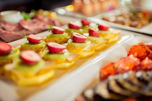 Gebratenes Schweinefilet (glasiert) mit Kiwi und Erdbeere