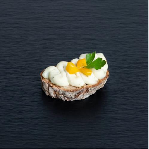Pane di frutta-Brotscheibe mit Gorgonzola-Crème
