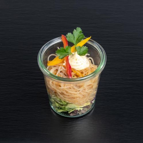 Glasnudel-Salat mit Koriander, Shiitake-Pilzen und gebratenen Garnelen mit Ingwe