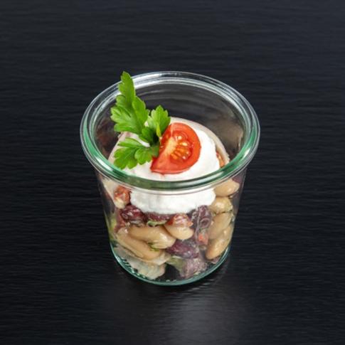 Bohnensalat von weißen Bohnen und Chorizo-Würfeln