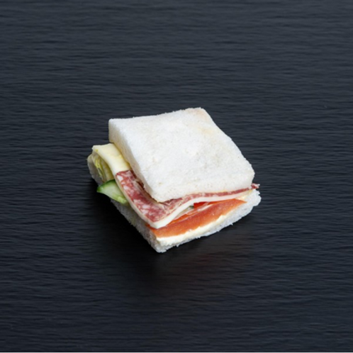 Tramezzini mit Salami und Käse