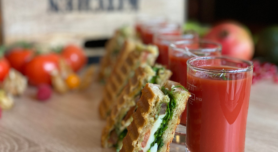 Tomatensaft mit Mini Foccacia Frühstücks-Manufaktur - Hotel Wegner - The culinary Art Hotel