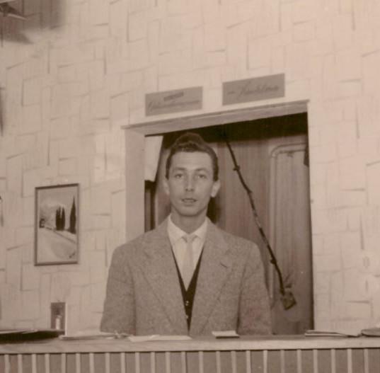 Karl-Heinz Weger an der Rezeption.JPG