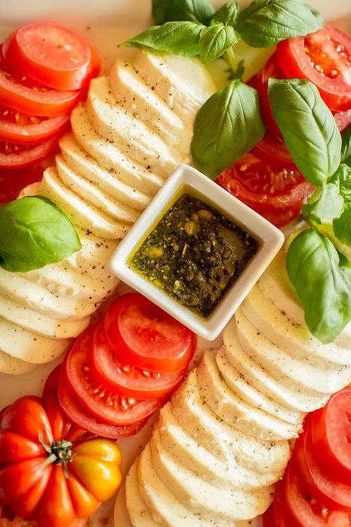Tomate-Mozzarella-Platte mit Hausgemeinschaft. Pesto