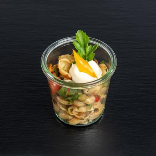 Cappelini-Salat mit Frühlingslauch, getrockneten Tomaten, Blattpetersilie und Ba