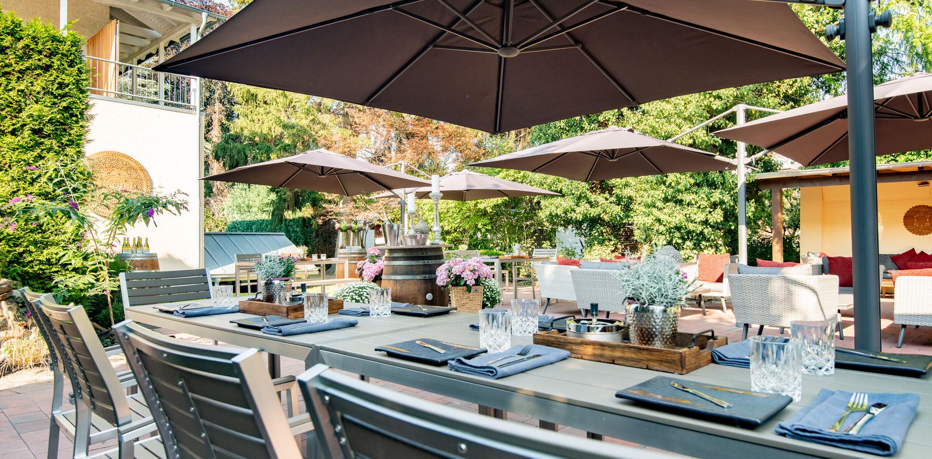 Eingedeckter Tisch zum Feiern Hotelgarten Wegner