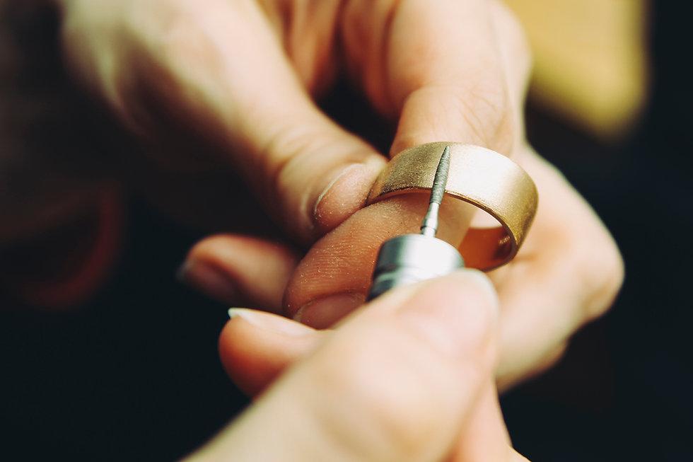 Ювелир обрабатывает золотое кольцо