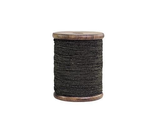 grosse Holzspule mit schwarzem Band und Draht