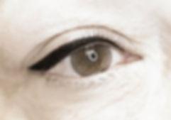Le eye-liner permanent, classique et parfait, ne coule jamais et sublime le regard