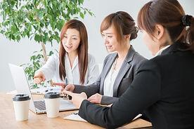 女性笑顔で会議.jpg