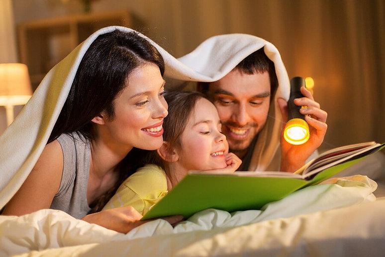 papa-mama-leyendo-de-noche.jpg