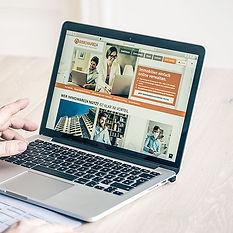 Nico Lilies Laptop mit der Website von immoware24.de