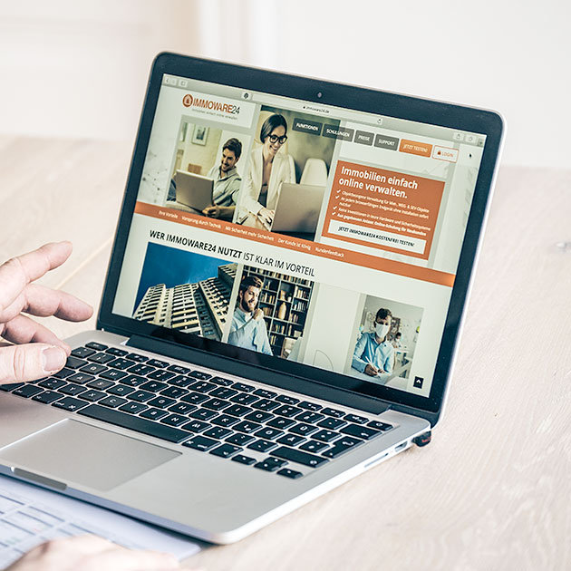 Nico Lilie Immobilienverwaltung am Laptop auf der Website immoware24.de