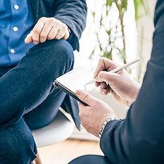 Nico Lilie Immobilienverwaltung macht sich Notizen im Kundengespräch