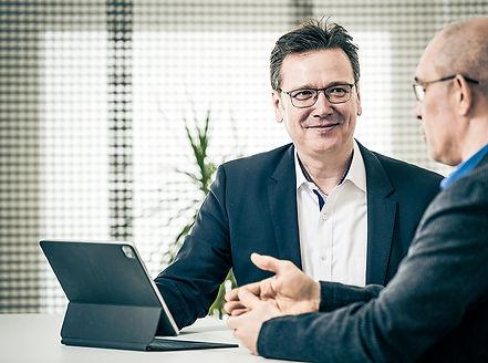 Nico Lilie Immobilienverwaltung im Gespräch mit einem Kunden