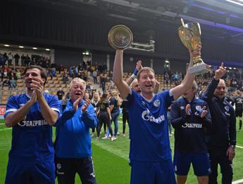 Sven Laumann &  Pokal.jpg