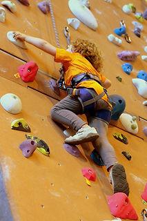 Cours d'escalade sur mur mobile