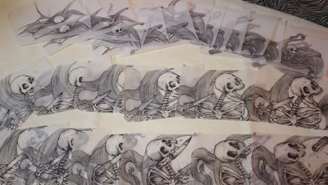 Desenhos feitos à mão, referentes ao estudo da caveira.