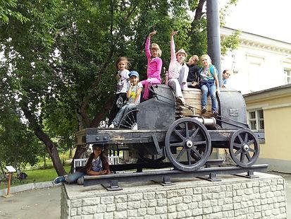 Дети сидят верхом на первом паровозе Ефима и Мирона Черепановых, творческий лагерь, в дни школьных каникул, запись в лагерь, творческая программа, городской лагерь для детей, творческий отдых, полезный отдых, раскрепощение ребенка