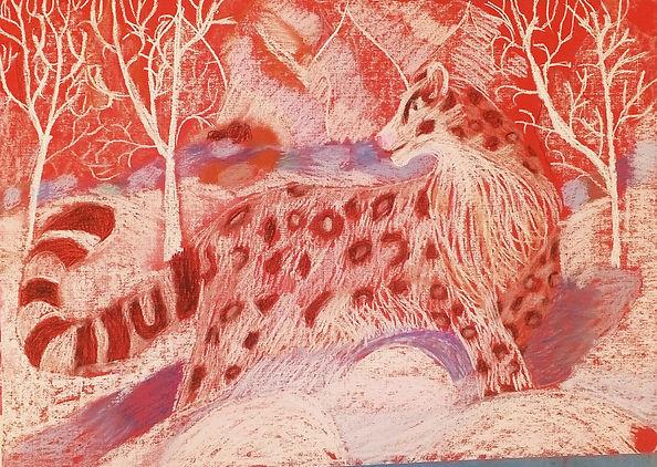 Детский рисунок пастелью снежного барса на красной бумаге