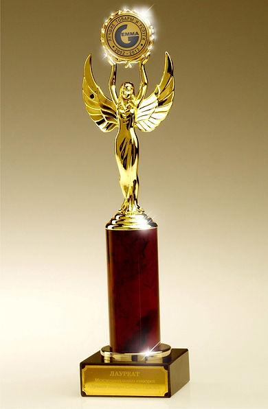 """Награда арт-студии Красная ворона, статуэтка с золотым ангелом на красном каменном основании с золотой медалью """"Гемма"""", награда лауреата конкурса лучших товаров и услуг"""