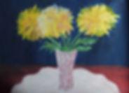 Рисунок гуашью, желтые цветы в вазе, розовая ваза, красный стол, белая салфетка, синий фон, работа взрослого воспитанника арт-студии Красная ворона,