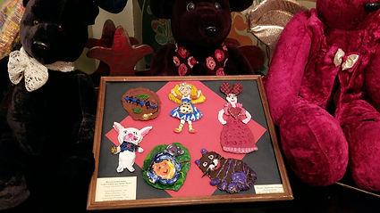 """Выставка по мотивам """"Алисы в стране чудес"""" детских работ из глины, батика и живописи"""