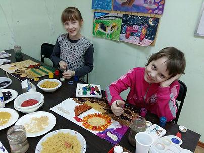 дети делают картины из еды за столами, рисунки из макарон и круп