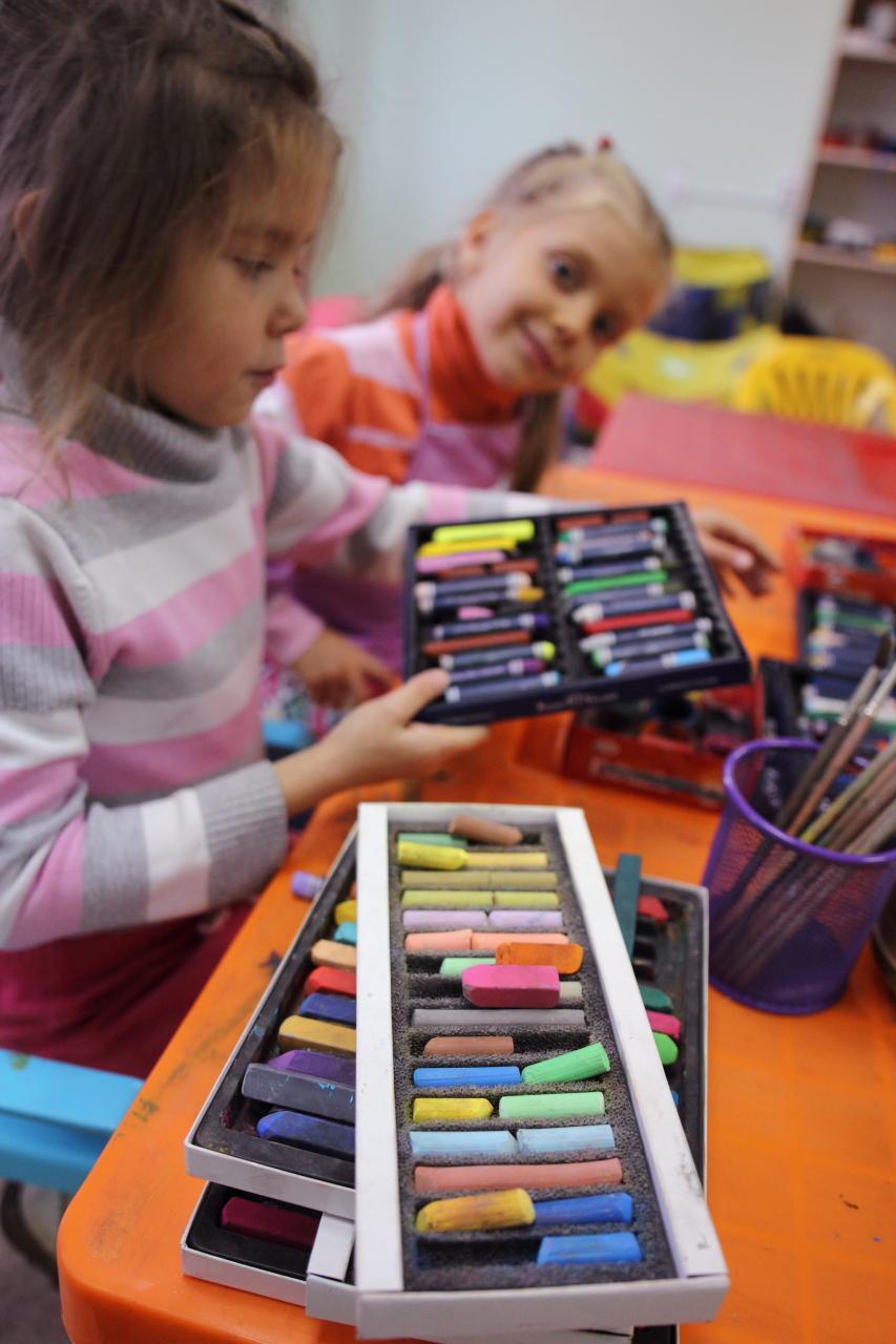 Дети с художественными материалами