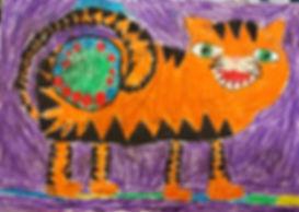 Детский рисунок восковыми мелками циркового тигра, хвостом держит зеленый мяч с красными пятнами