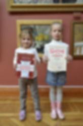 девочки с дипломами победителей в музее ИЗО в Нижнем Тагиле, воспитанники студии Красная ворона, на фоне картины в рамах