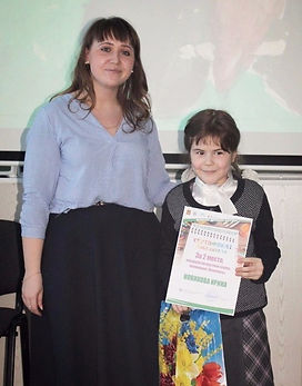 На конкурсе, животный мир Урала, женщина с девочкой, диплом победителя в руках