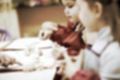 лепка для детей и взрослых, мастерская ручной работы, дети за столами лепят поделки из соленого теста, мастерская выходного дня, занятия рукоделием, уроки декоративно-прикладного искусства