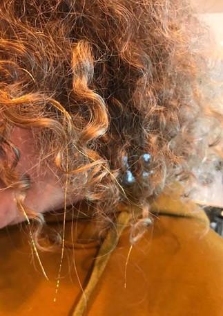 שזירת חוטי זהב בשיער מתולתל