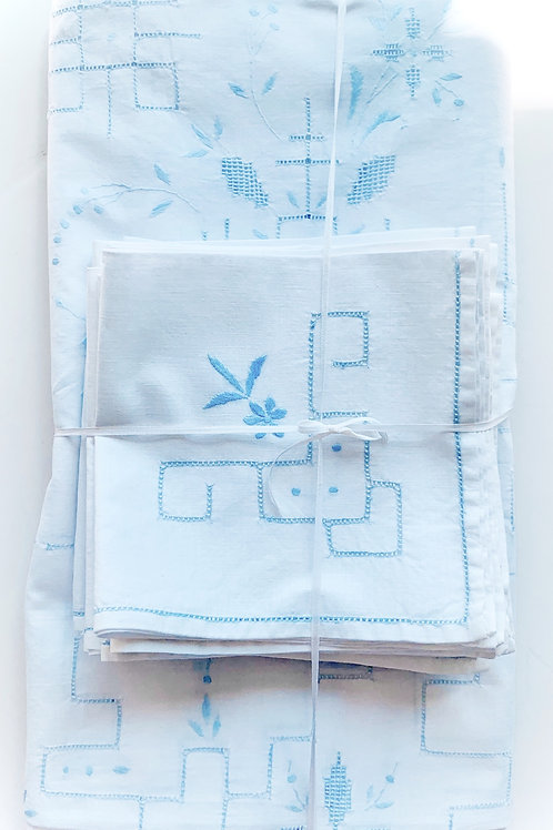 Blue Daisey Picnic Tablecloth and Napkin Set for 12