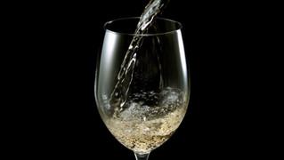 מזיגת יין על רקע שחור
