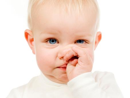 Een voorwerp in de neus van je kindje.